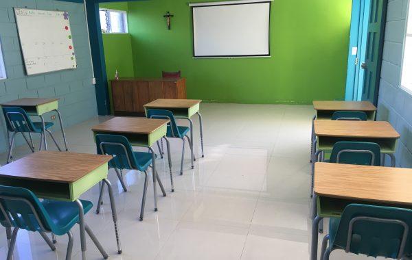Equipos audiovisuales en todas las aulas